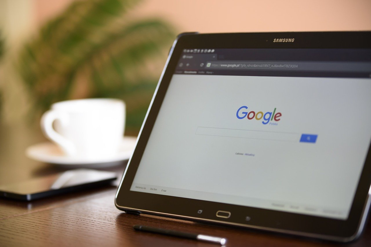 Wyszukiwarka google jest otwarta na tablecie